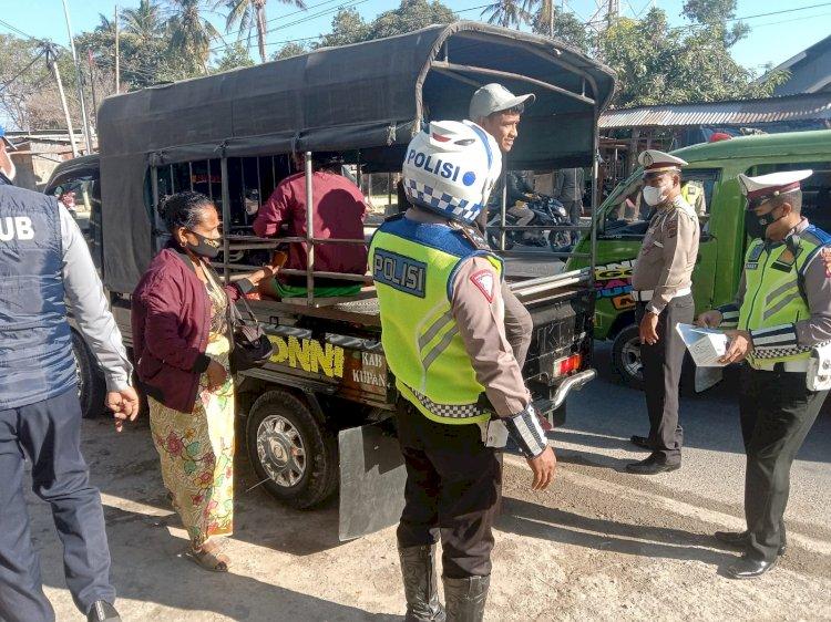 Batasi Mobilitas Masyarakat di Saat PPKM Level IV, Personel Ditlantas Polda NTT Lakukan Penyekatan di Pos Bimoku