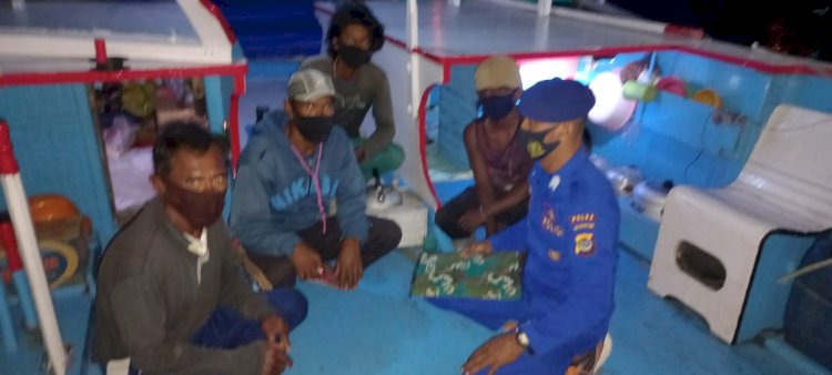 Personel Ditpolairud Polda NTT Gelar Patroli Cek Kelengkapan Kapal Sekaligus Imbau Prokes