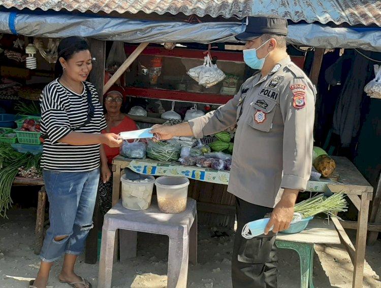 Sasar Para Pedagang Kaki Lima, Personel Ditbinmas Bagikan Masker Gratis dan Ingatkan Prokes