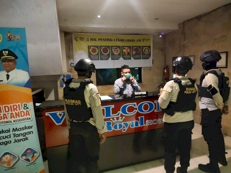 Patroli Malam Hari, Personel Raimas Ditsamapta Polda NTT Beri Pesan Kamtibmas dan Imbauan Prokes