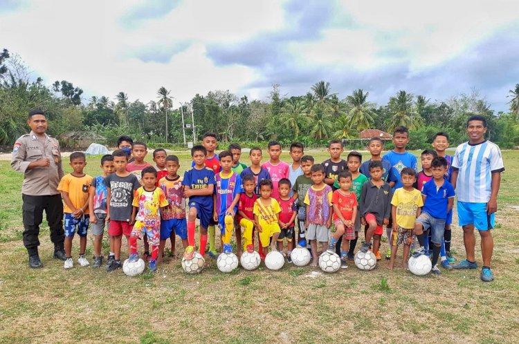 Motivasi Mencetak Pemain Sepak Bola Profesional, Bripka Ever Tinenti Anggota Polda NTT Buka Sekolah Sepak Bola Gratis Untuk Anak-Anak di Amarasi Barat