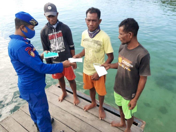 Cegah Penyebaran Covid-19, Personil Ditpolairud Polda NTT Bagikan Masker di Wilayah Pesisir Sulamu
