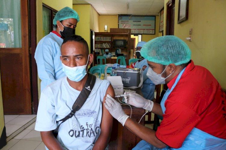 Dalam Rangka HUT Lalulintas Polri ke-66, Ditlantas Polda NTT dan Biddokkes Polda NTT Gelar Pelayanan Vaksinasi Kepada Masyarakat Oesapa Selatan