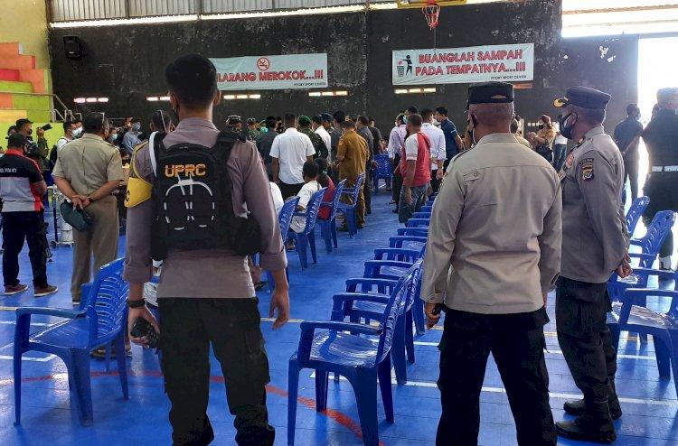 Jaga Kelancaran Kegiatan Vaksinasi, Personel Ditsamapta Polda NTT Lakukan Pengamanan Vaksinasi Yang Digelar Oleh REI NTT