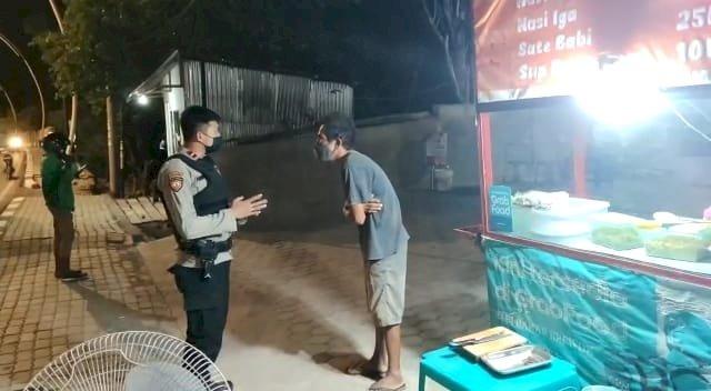 Sambangi Pedagang Kaki Lima, Personel UPRC Ditsamapta Polda NTT Kembali Ingatkan Protokol Kesehatan