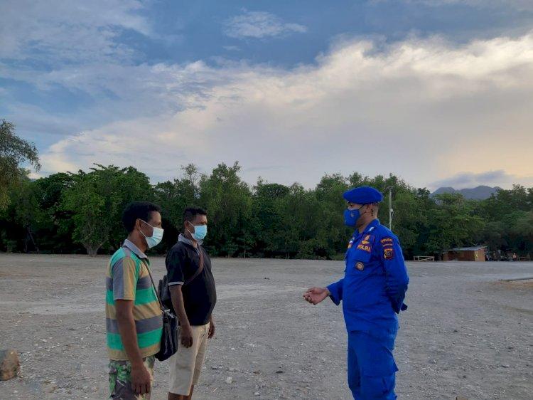 Sambangi Wilayah Pesisir Kenebibi, Personil Ditpolairud Polda NTT Ingatkan Warga Kurangi Kerumunan Saat Melaut