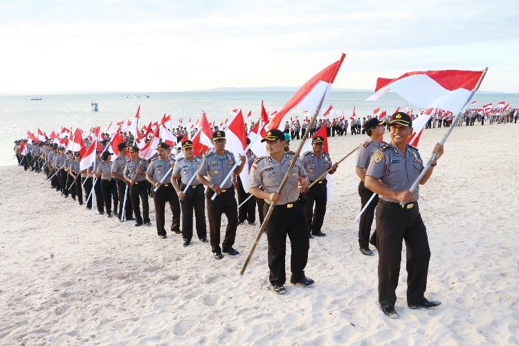Jelang HUT RI ke 72, Polda NTT Kibarkan Bendera Merah Putih di Pantai Tablolong