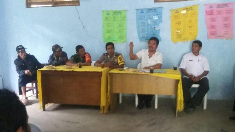 Didampingi aparat desa Bhabinkamtibmas gelar tatap muka bersama warga desa