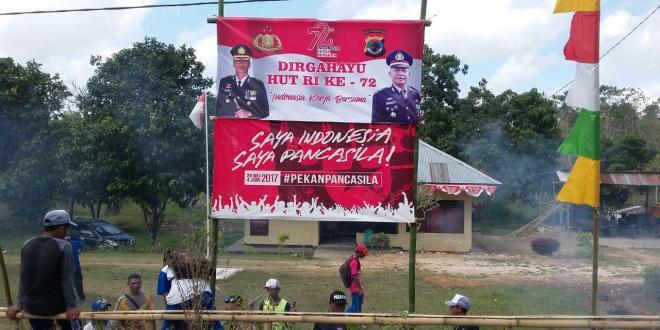 Bergotong royong bersama masyarakat bersihkan halaman sambut HUT RI Ke-72