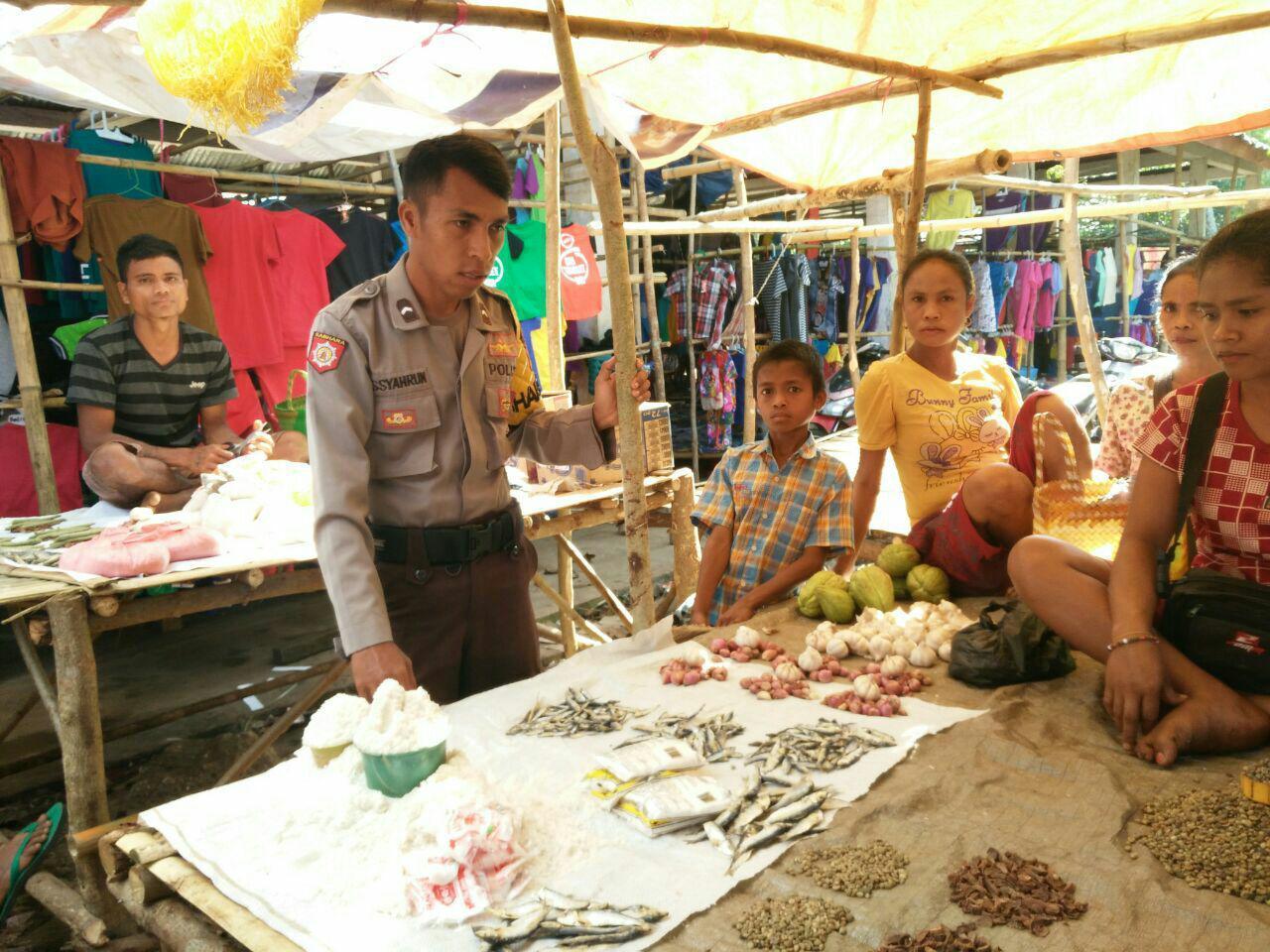 Bhabinkamtibmas himbau penjual dan pemuda pasar hindari minuman keras