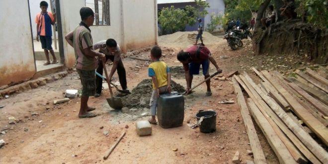 Bersama warga, Kanit Binmas Polsek Pinupahar kerja bakti bangun Gereja
