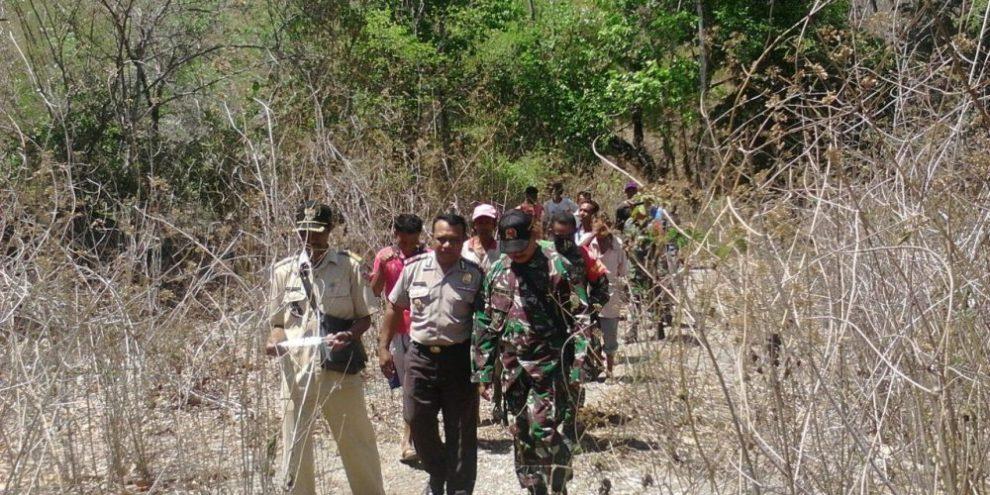 Kapolsek Lasiolat Gelar Patroli Jalan Kaki di Perbatasan RI-RDTL bersama Aparat TNI dan Masyarakat