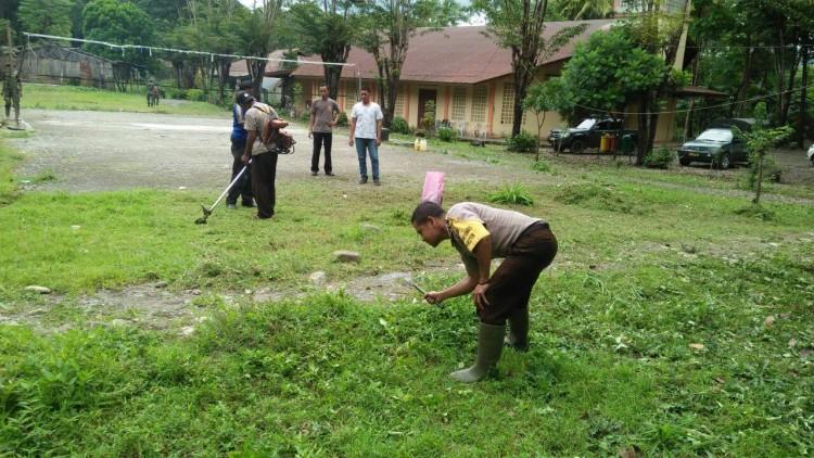Kompak, Anggota Polsek Tasifeto Timur dan Koramil Wedomu Bersih-bersih di Gereja St.Paulus Wedomu