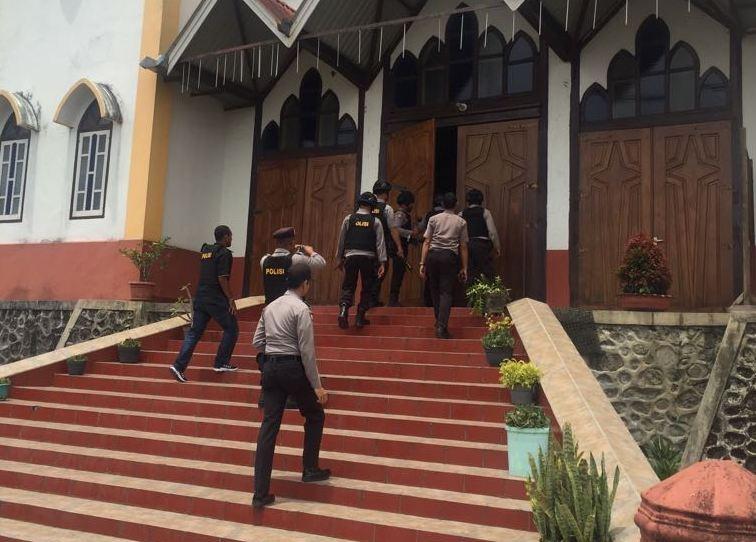 Personil Polres Manggarai Melaksanakan Kegiatan Sterilisasi Gereja Sebelum Pelaksanaan Ibadah Paskah