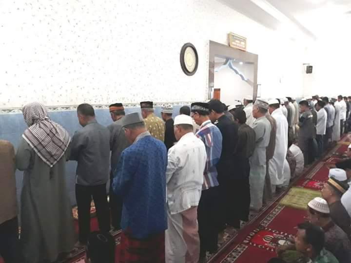 Tunaikan Sholat Ghaib, Polres Belu dan Masyarakat Kirim Doa Untuk Lima Anggota Polri Yang Gugur Saat Bertugas