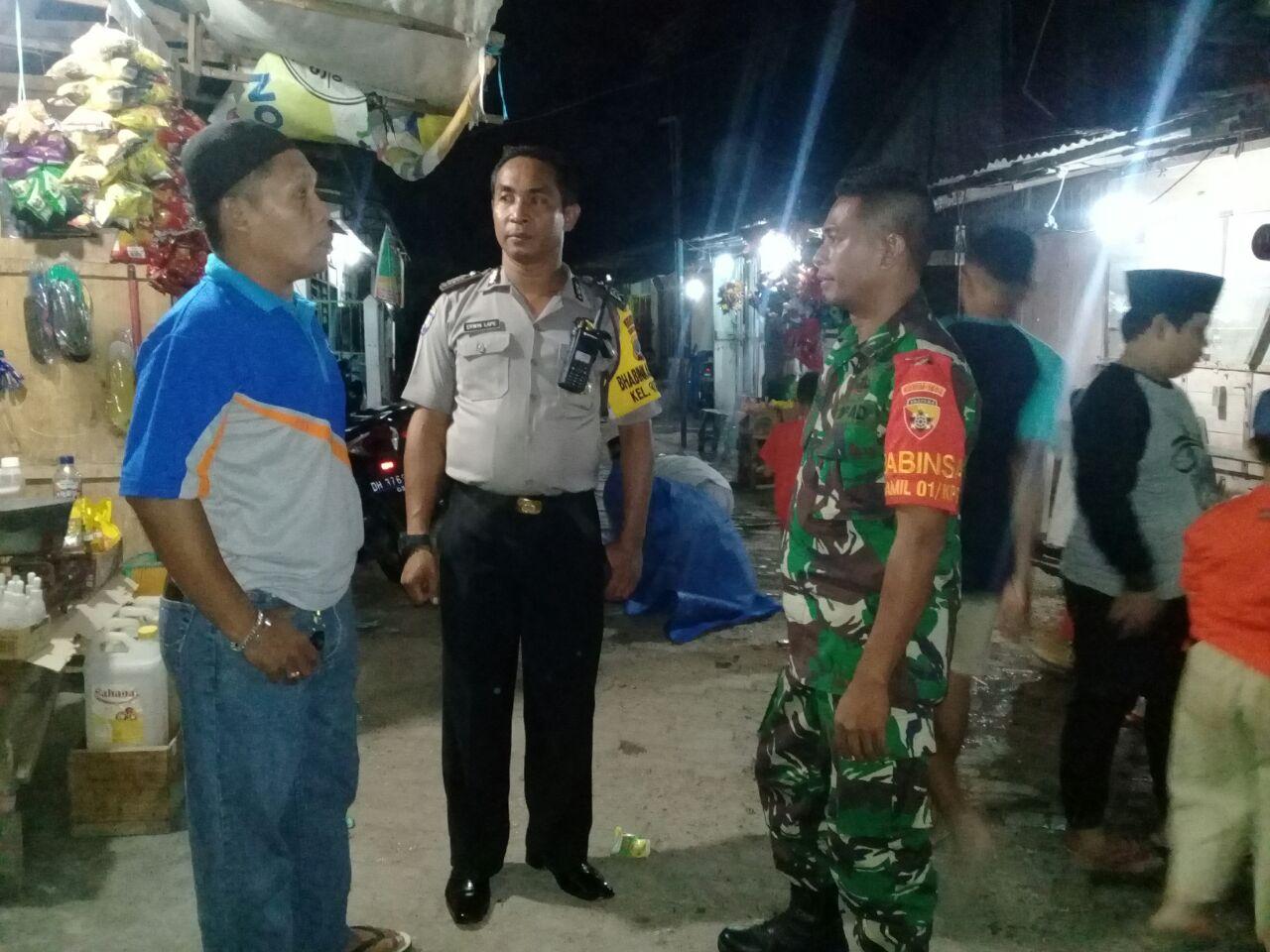 Bhabinkamtibmas Kelurahan Fatubesi melaksanakan pengamanan Ibadah Sholat Tarawih di Masjid Nurul Iman Oeba