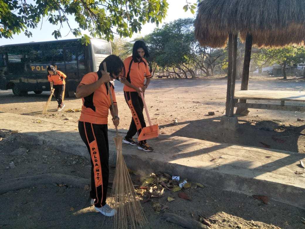 Peduli Lingkungan, Polwan Polres Sumba Timur Bersihkan Pantai Londa Lima
