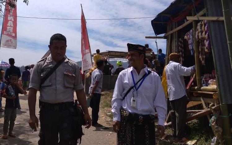 Bhabinkamtibmas Desa Buar Beri Pelayanan Pengamanan Syukuran Adat di kampung Bonar