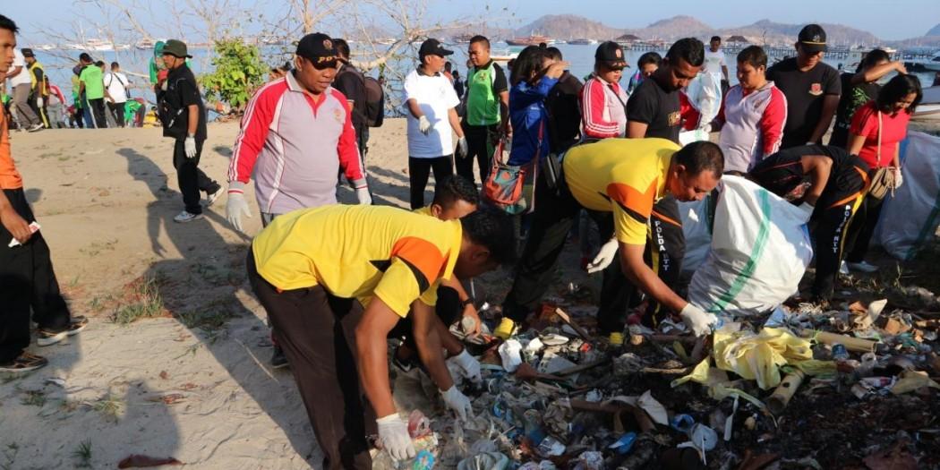 Dukung Pariwisata, Polres Mabar Ikut Andil Dalam Giat Gerak Bersih Pantai dan Laut