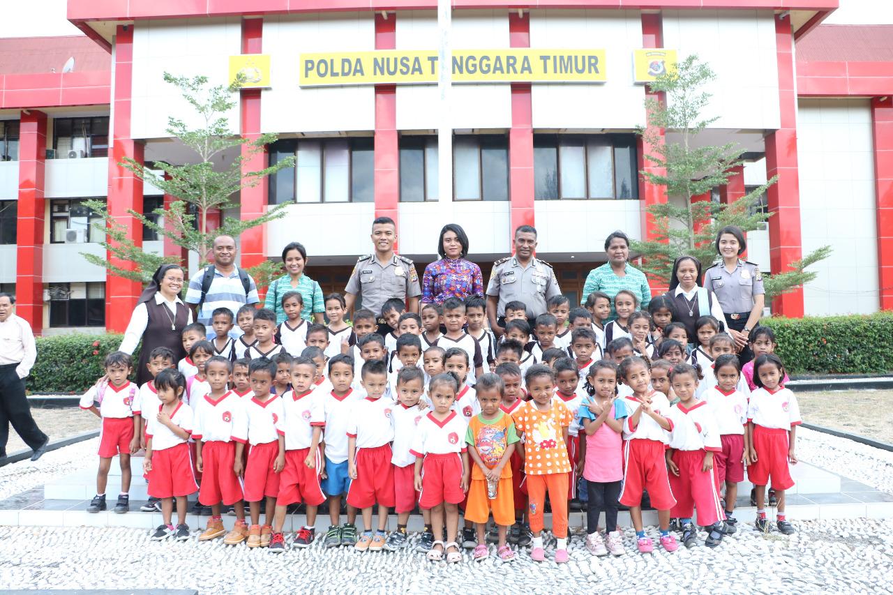 Keceriaan Anak-anak TK Sta. Maria dan SDK Mater Carmelia Pariti Saat Kunjungi Polda NTT