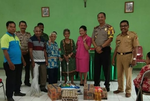Kunjungi Panti Jompo Paduwau, Kapolres Sikka Dan Ibu Beri Bantuan Sembako