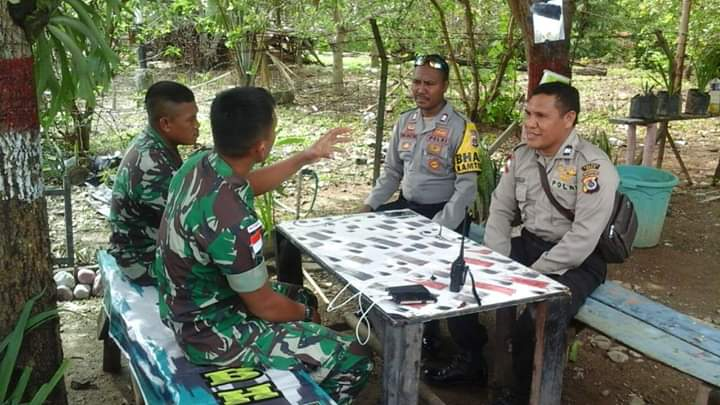 Bangun Keakraban Sesama Penjaga Tapal Batas, Kapolsubsektor Fatubesi Silahturahmi ke Pos Satgas 408/SBH