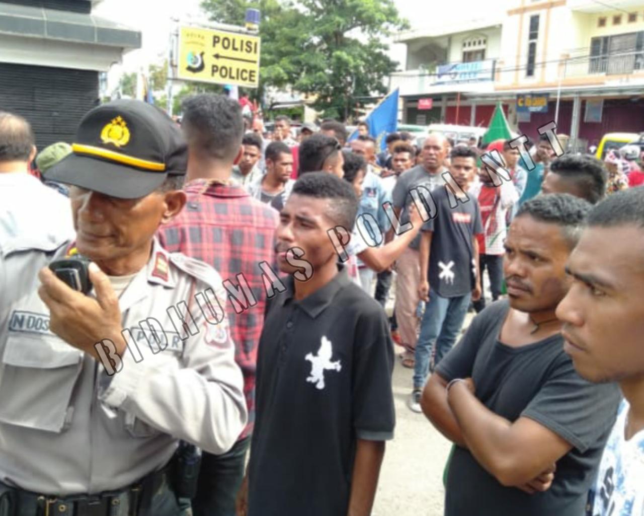 Personel Polres Kupang Kota Diterjunkan lakukan Pengamanan dan Pengawalan Aksi Damai dari Aliansi Peduli Kemanusiaan