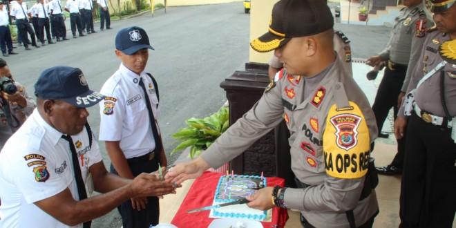 HUT Satpam ke-38, anggota Satpam saling suap Kue ulang tahun