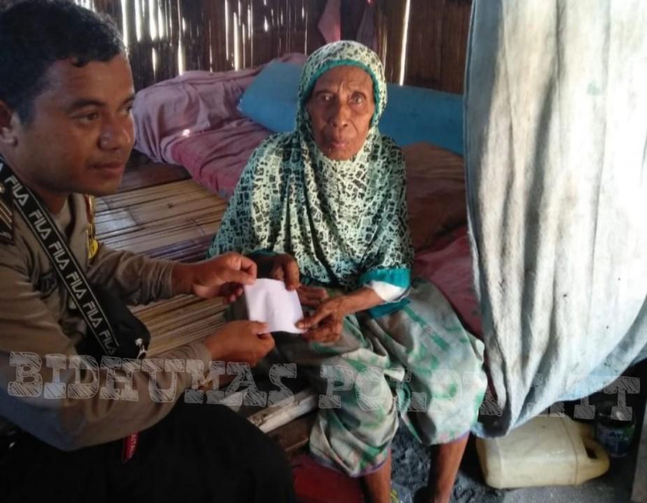 Giat Sosial, Bhabinkamtibmas Pulau Ende Kunjungi Warga Kurang Mampu