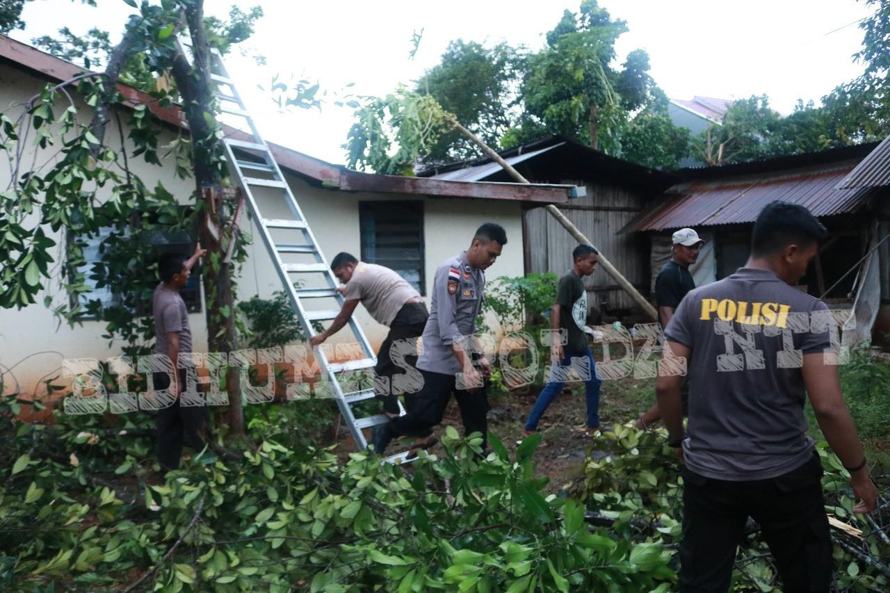Personel Ditsamapta Polda NTT Membantu Warga Terdampak Musibah Puting Beliung