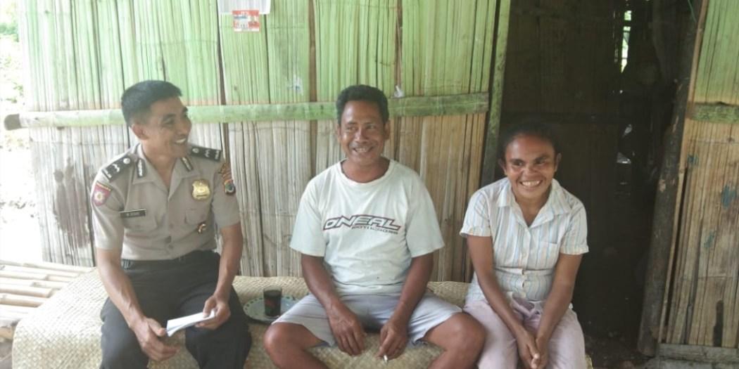 Kanit Binmas Polsek Lamboya dan Kades Kabukarudi Melakukan Pendataan Penerima Bansos