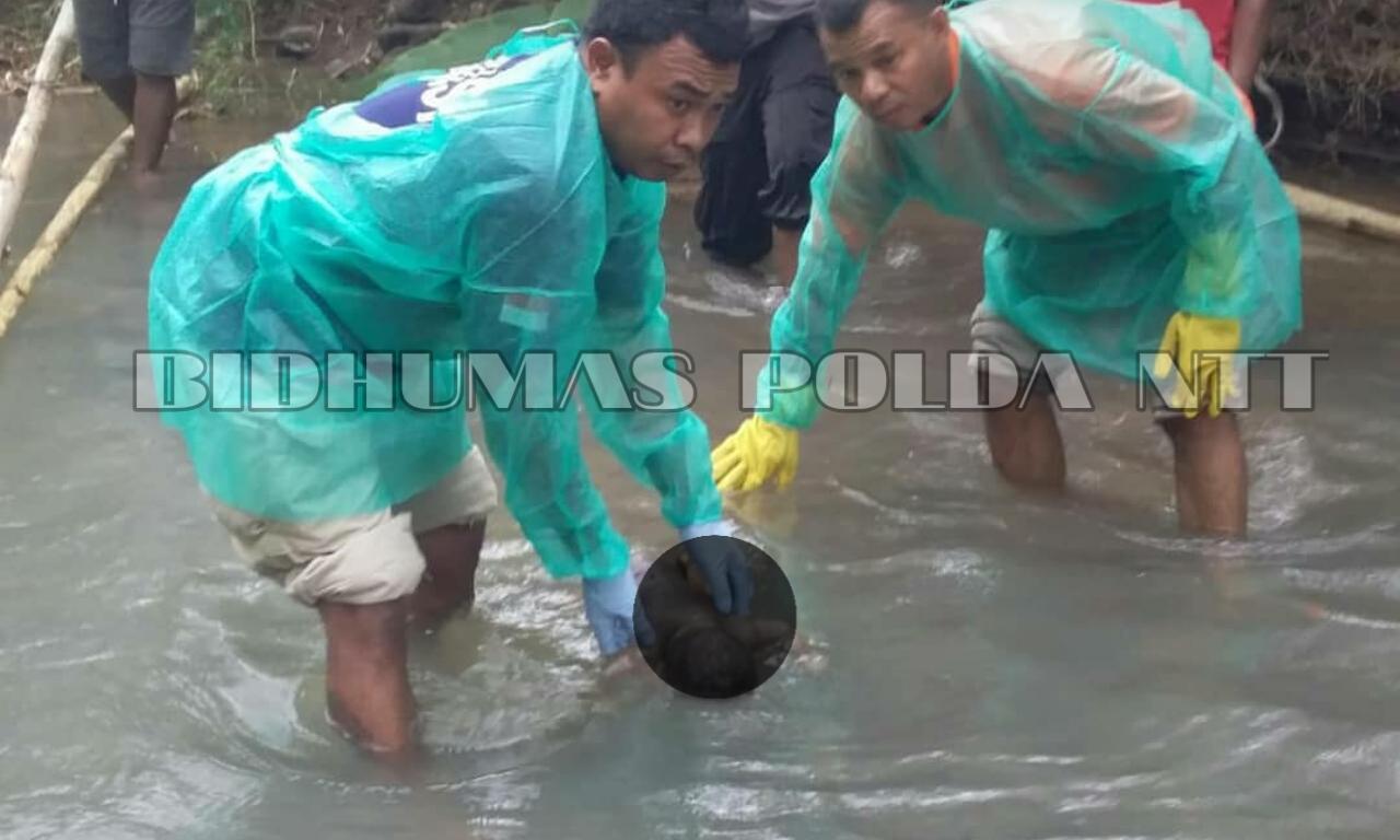 Personel Polres Sikka Berhasil Evakuasi Sosok Bayi yang Ditemukan Warga di Kali Enakter