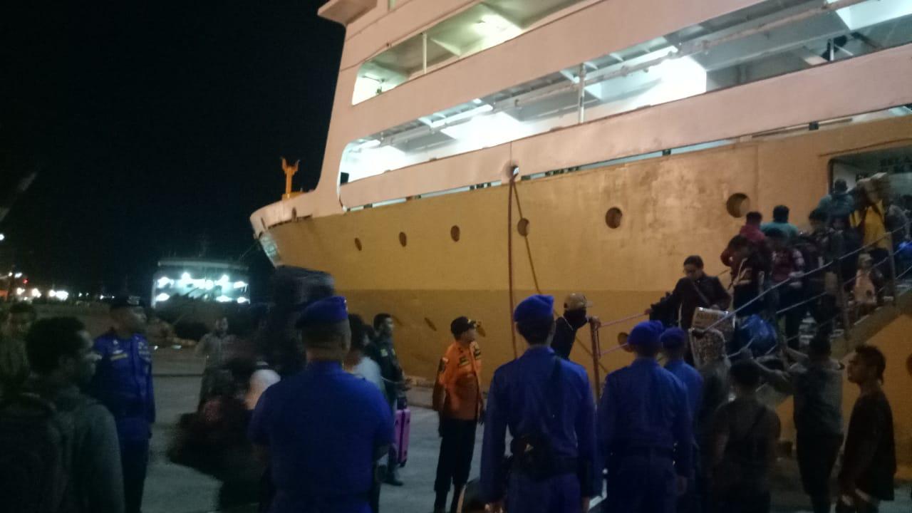 Perlancar Arus Mudik, Personel Dit Polair Polda NTT Melakukan Pengamanan di Pelabuhan Tenau Kupang