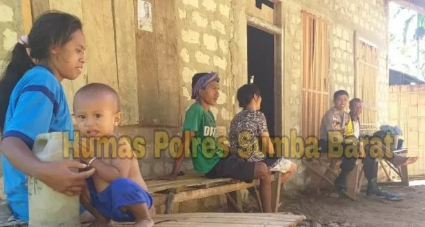Ciptakan Lingkungan Kondusif,Bhabinkamtibmas Polsek Wewewa Menyapa Warga Dengan Imbauan