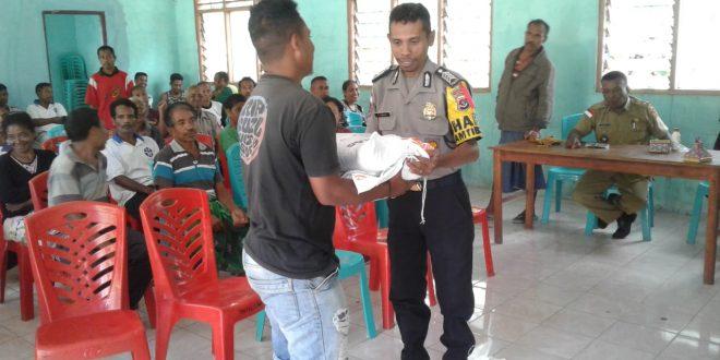 Bhabinkamtibmas dan Kanit Intelkam Polsek Lasiolat, Kawal Penyaluran Rastra Tahap II 2019
