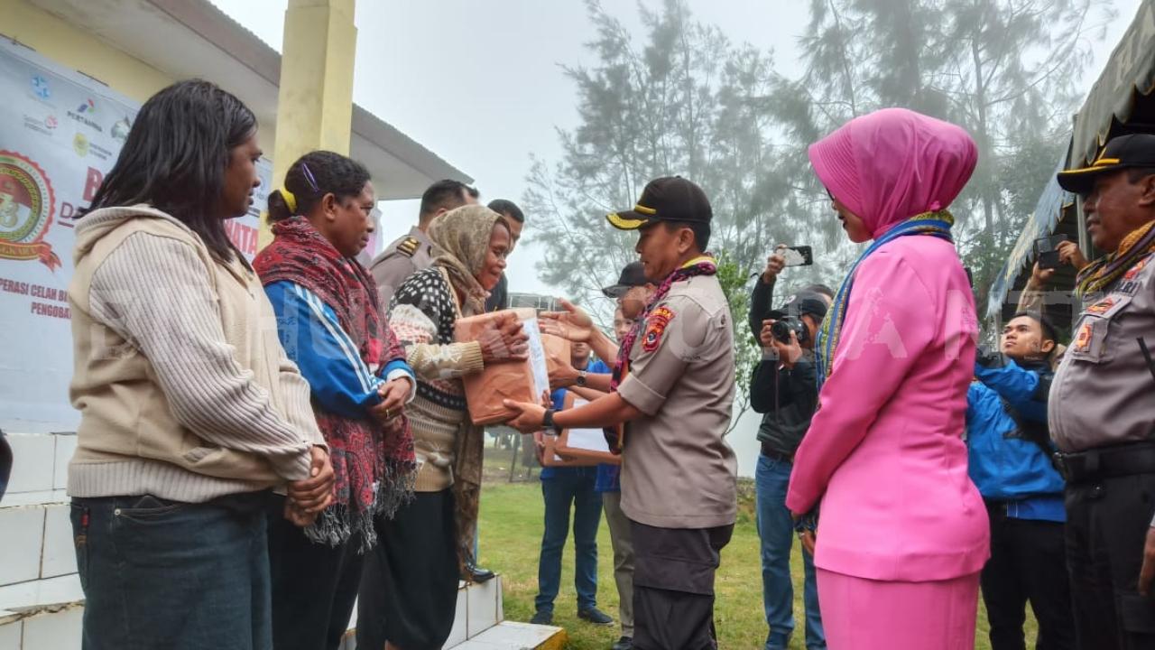 Jelang HUT Bhayangkara ke-73, Biddokkes Polda NTT, Gelar Pengobatan gratis Bagi Warga Mollo Utara