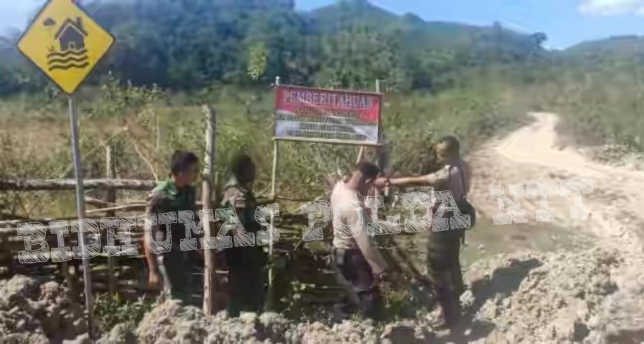 Tertibkan Warganya, Personel Polsek Tasifeto Timur Bersama Yon 408/SBH Pos Asulait Lakukan Pemasangan Spanduk Imbauan Larangan Melintas  di Wilayah Timor Leste