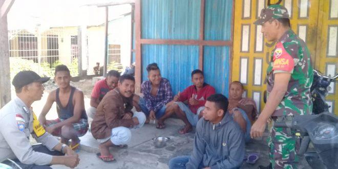 Patroli di Wilayah Binaannya, BRIPKA Stef Lendu dan Babinsa Hentikan Aktivitas Warga Konsumsi Konsumsi Miras