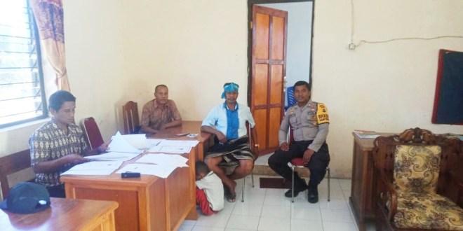 Demi Ciptakan Situasi Kamtibmas Bhabinkamtibmas Polsek Wewewa Selatan Melakukan Kunjungan Ke Kantor Camat