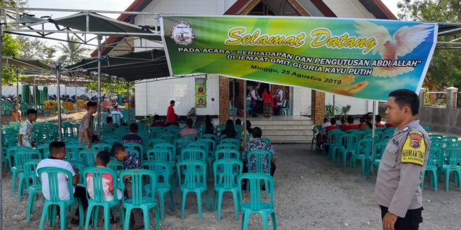 Beri Rasa Aman, Bhabinkamtibmas Kelurahan Kayu Putih Lakukan Pengamanan Gereja