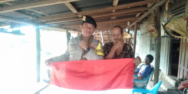 Moment Hari Kemerdekaan, Bhabinkamtibmas Polsek Rote Barat Daya Bagikan Bendera Merah Putih