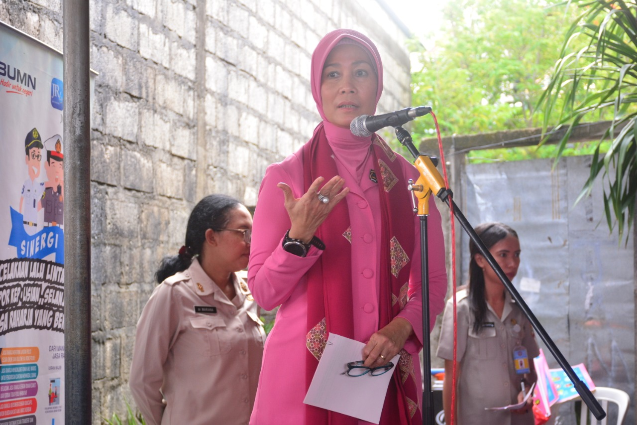 Yayasan Kemala Bhayangkari Daerah NTT Gandeng Biddokkes Polda NTT Gelar Penyuluhan Kesehatan di Pasar
