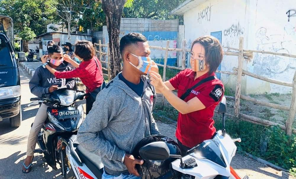 Cegah Penularan Covid-19, Srikandi Polwan Polres Belu Turun ke Jalan Bagi-bagi Masker untuk Masyarakat