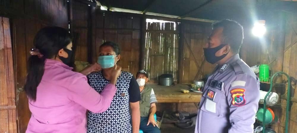 Mewakili Angkatan 26 Polres Ngada, Bripka Thomas Aquino  Mere dan Istri Bagikan Masker dan Sembako Gratis Kepada Masyarakat